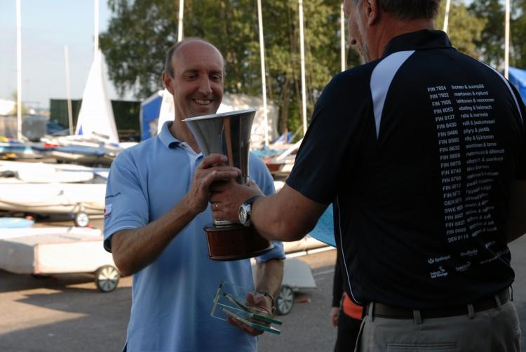 Jan Saugmann gets his trophy from the race director Arto Sjöholm.